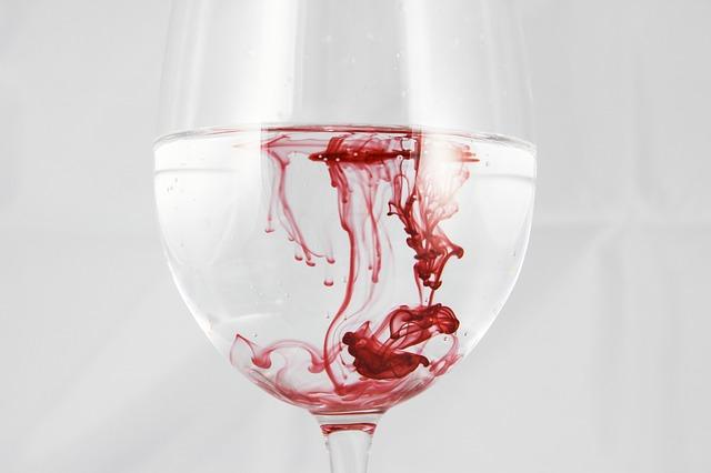 Glas mit Blut